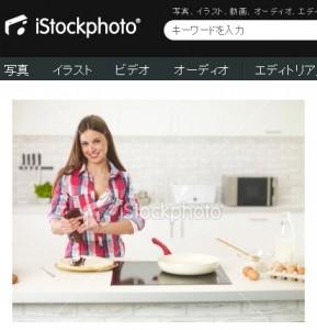 キッチンでクレープを作る女性